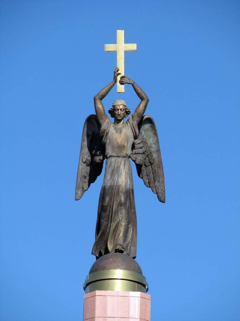 Ангел с крестом памятник в ставрополе Цоколь резной из габбро-диабаза Панфиловская