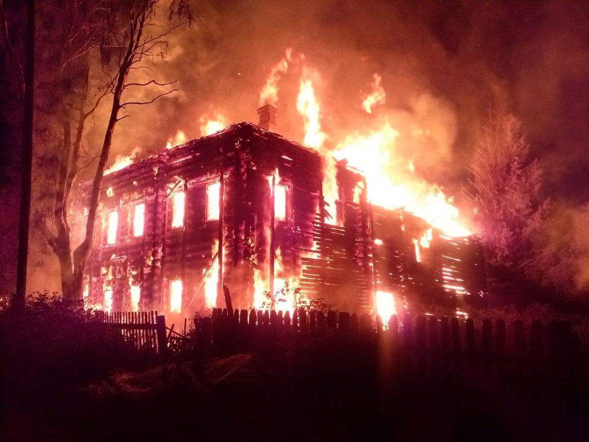 На месте сгоревшего дома новый законы